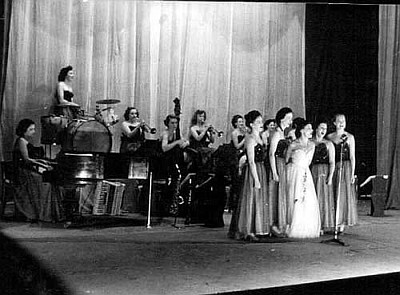 Ivy Benson Band z Vi Ebbs na kontrabasie (1951 r.)