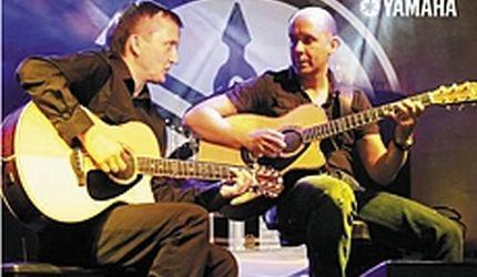 Gitarzyści Napiórkowski i Królik grają razem