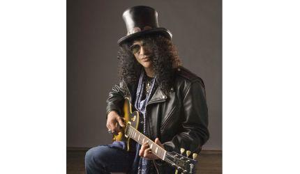 Gitarzysta Slash nagrywa z Duffem i Grohlem