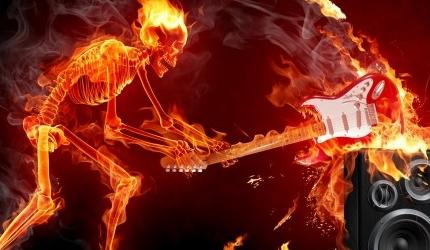 Tapeta na pulpit: kościotrup rozbija gitarę
