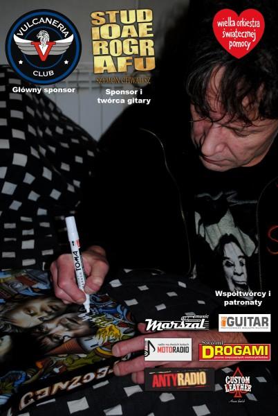 Siczka (KSU) podpisuje gitarę dla WOŚP