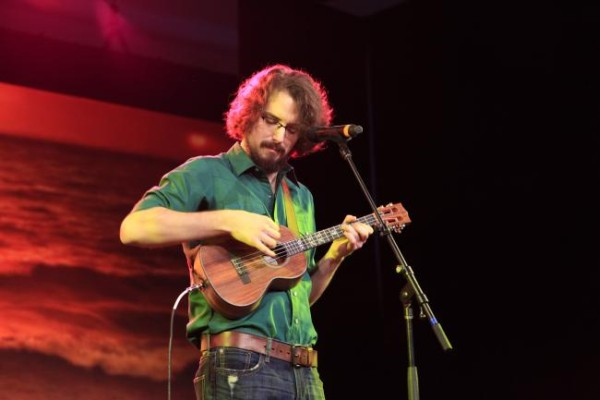 James Hill gra na ukulele