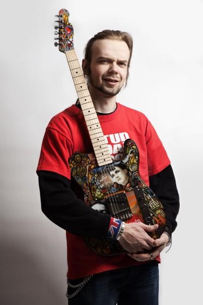 Szymon Chwalisz z gitarą dla WOŚP