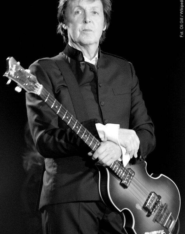 Paul McCartney rozmawia z Lennonem