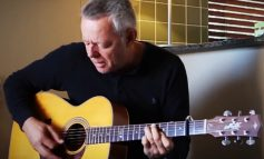 "Tommy Emmanuel gra ""Ol' Brother Hubbard"""