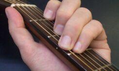 C-dur - podstawowy akord gitarowy. Jak go zagrać?