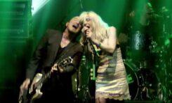 Dwie białe gitary Hagstrom na scenie z Courtney Love