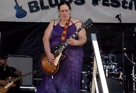 Kto powiedział, że kobiety nie potrafią grać na gitarze?