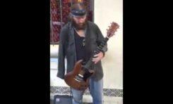 Jednoręki gitarzysta gra utwór Jimiego Hendrixa