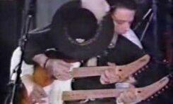 Stevie Ray Vaughan i Jimmie Vaughan grają na dwugryfowej gitarze