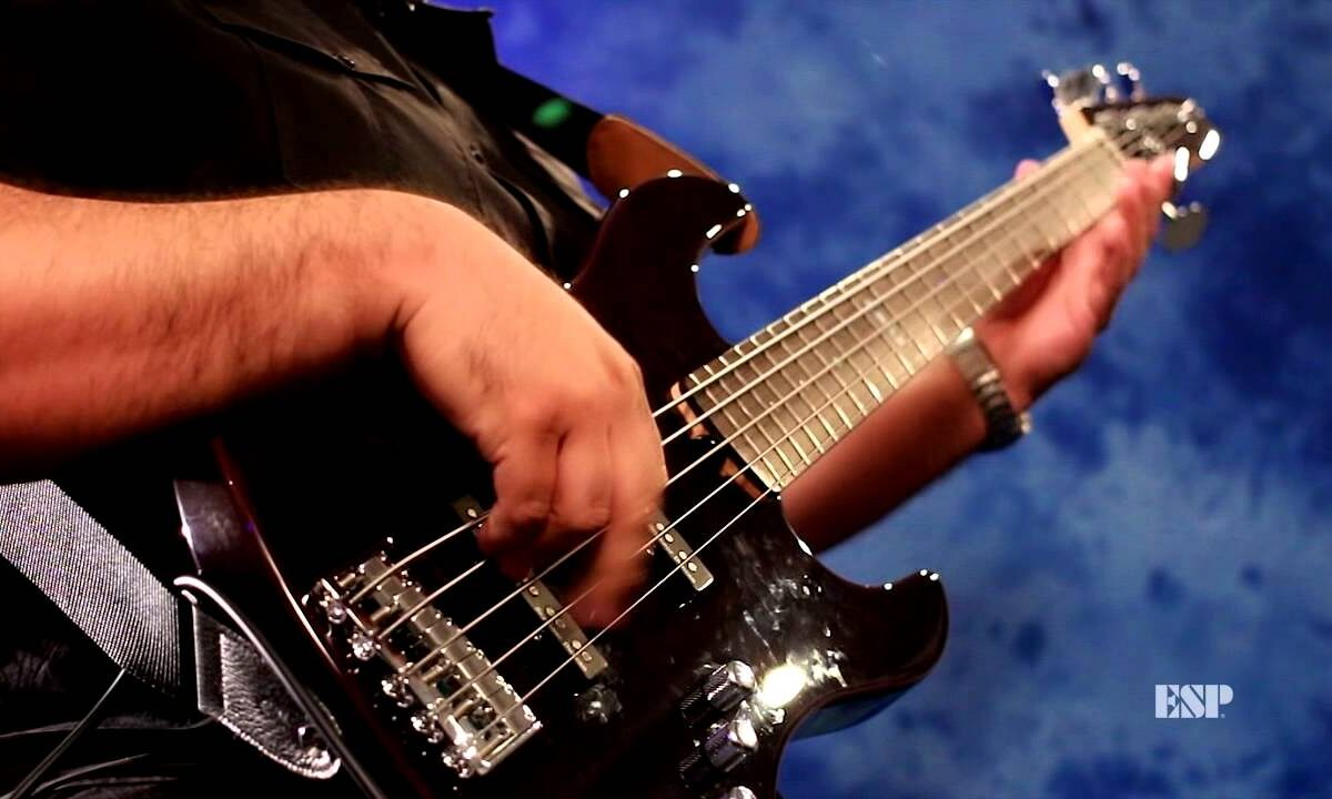 Rene Camacho demonstruje ESP E-II J-5 Bass