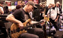 Wojtek Pilichowski na stoisku Dunlop podczas NAMM Show 2015