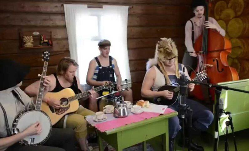 "Finowie grają ""Seek & Destroy"" grupy Metallica"