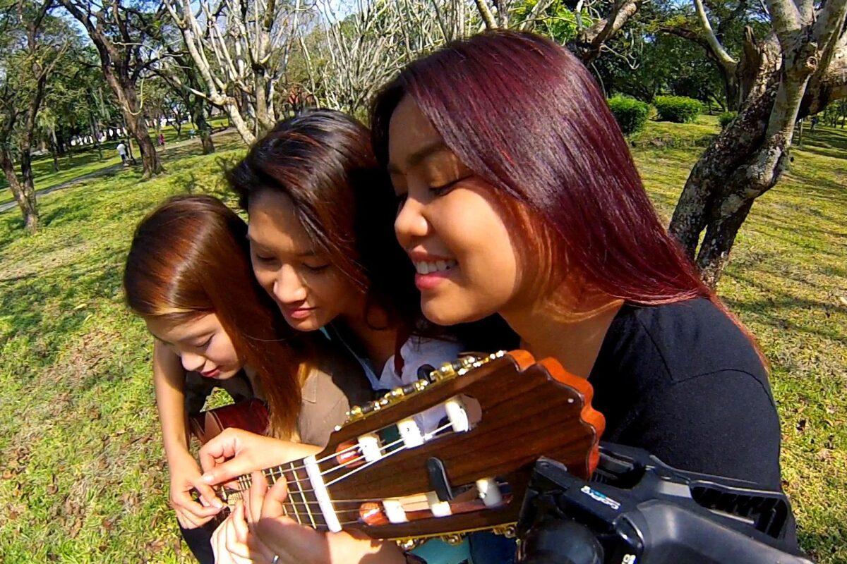 Trzy siostry grają na jednej gitarze