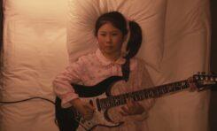 11-latka wymiata na gitarze utwór Schuberta