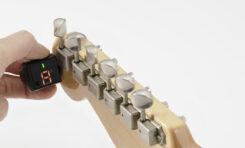 Korg GripTune - ultra-kompaktowy tuner zakładany na główkę instrumentu