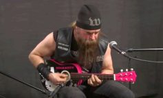 Zakk Wylde gra N.I.B. Black Sabbath na mini gitarze z Hello Kitty