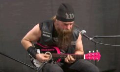 Zakk Wylde gra N.I.B. Black Sabbath na mini gitarze z Hello Kitty