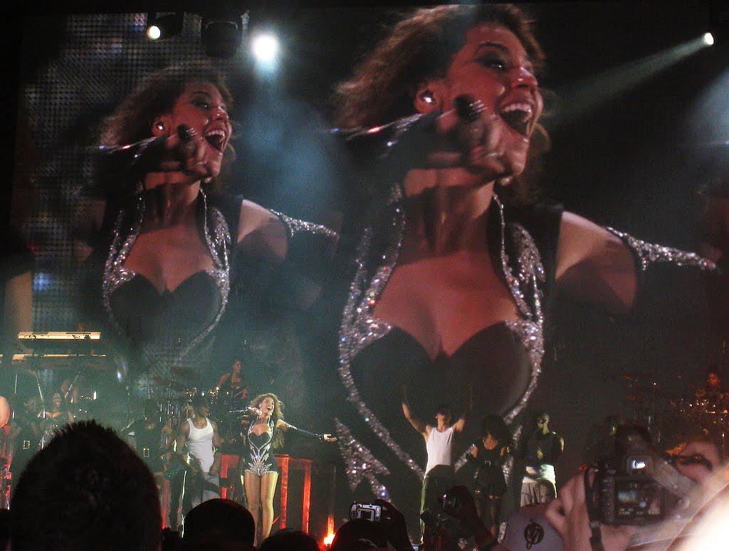 Fragment koncertu z udziałem zespołu Beyonce – Suga Mama