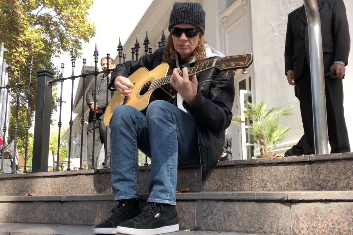 Dave Mustaine zagrał dla fanów przed hotelem [WIDEO]