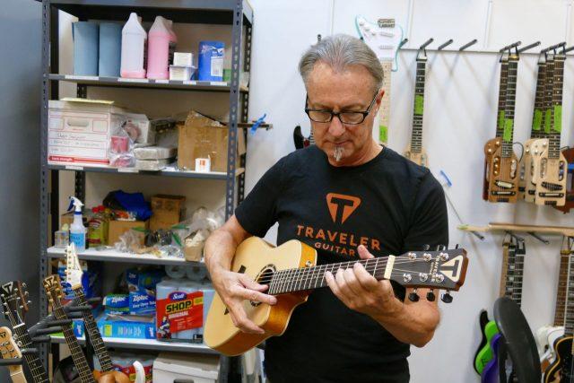 Lutnik Keith Morland z nowym modelem gitary parlor.