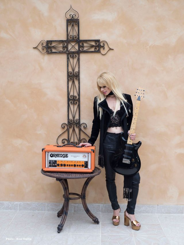 Orianthi with Rockerverb MKII (fot. Rob Halfin)