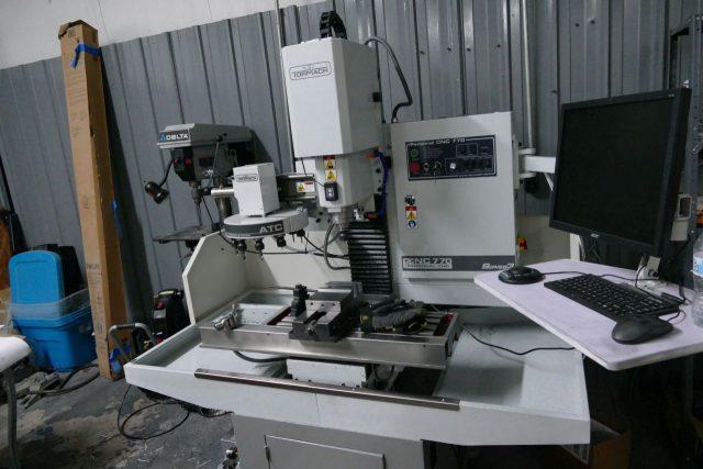 Wyrafinowana maszyneria CNC do wiercenia obudów.