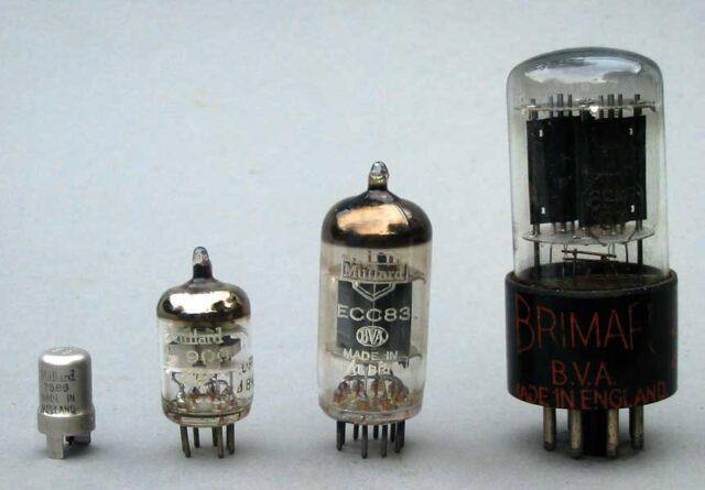 Porównanie wielkości Nuvistora (pierwszy z lewej) z innymi lampami