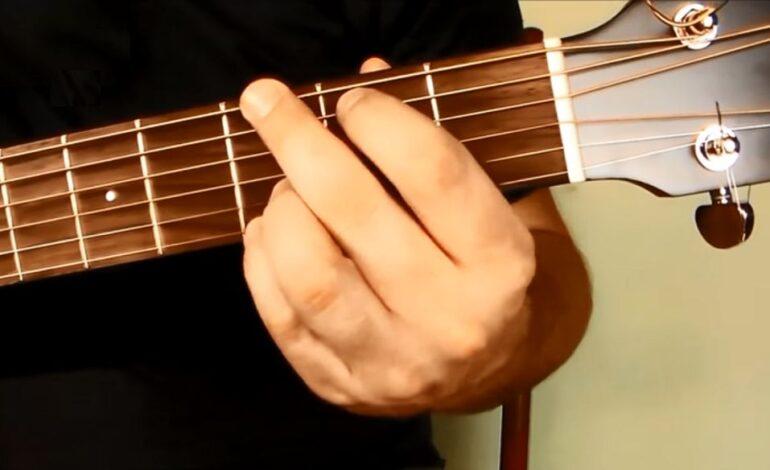 G-dur - podstawowy akord gitarowy. Jak go zagrać?