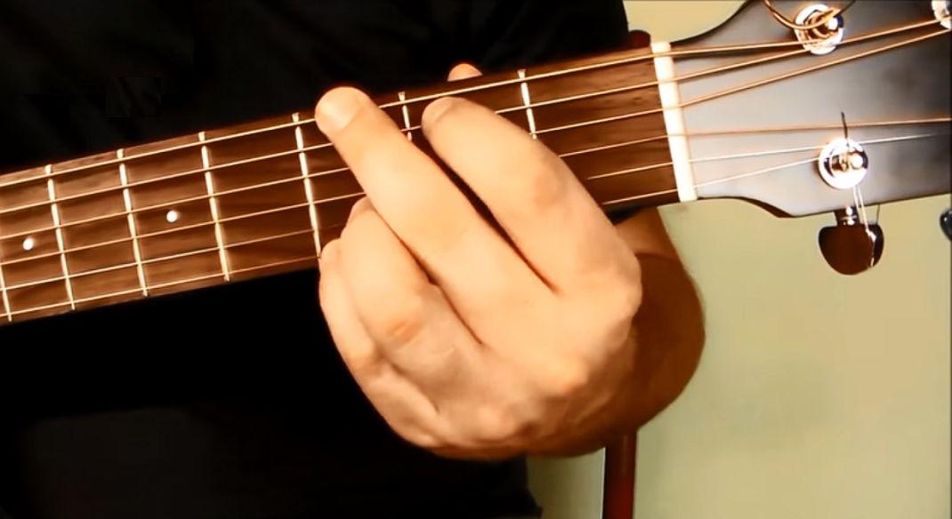 G-dur – podstawowy akord gitarowy. Jak go zagrać?