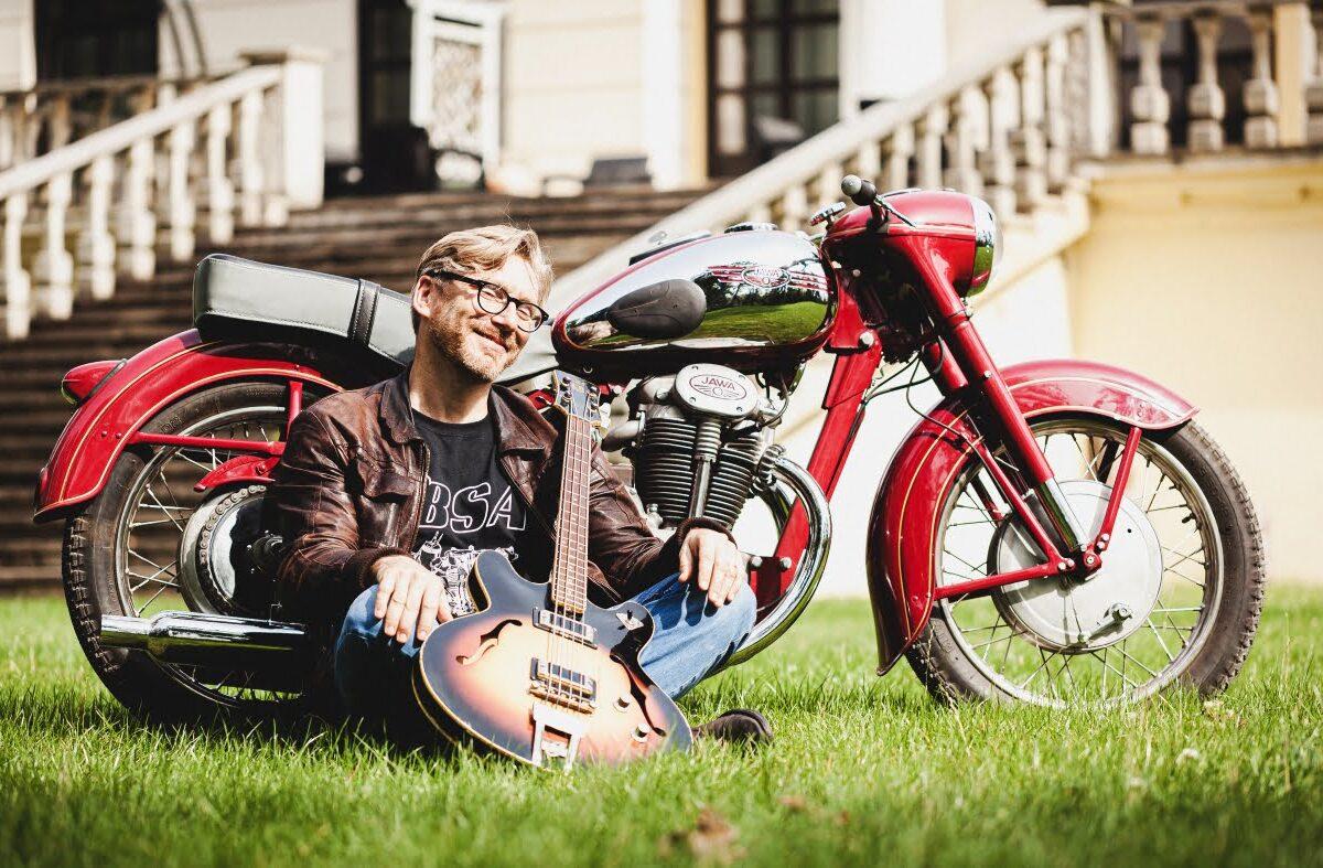 Marcin Pendowski. Stare basy, motocykle i polski funk