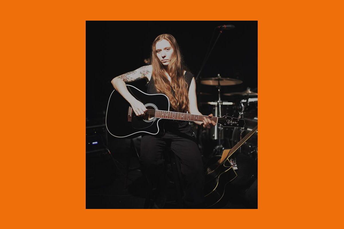Reba Meyers z Code Orange i Takamine EF341SC
