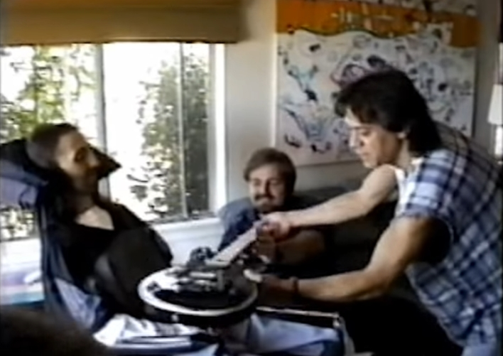 Eddie pokazuje gitarę Jasonowi