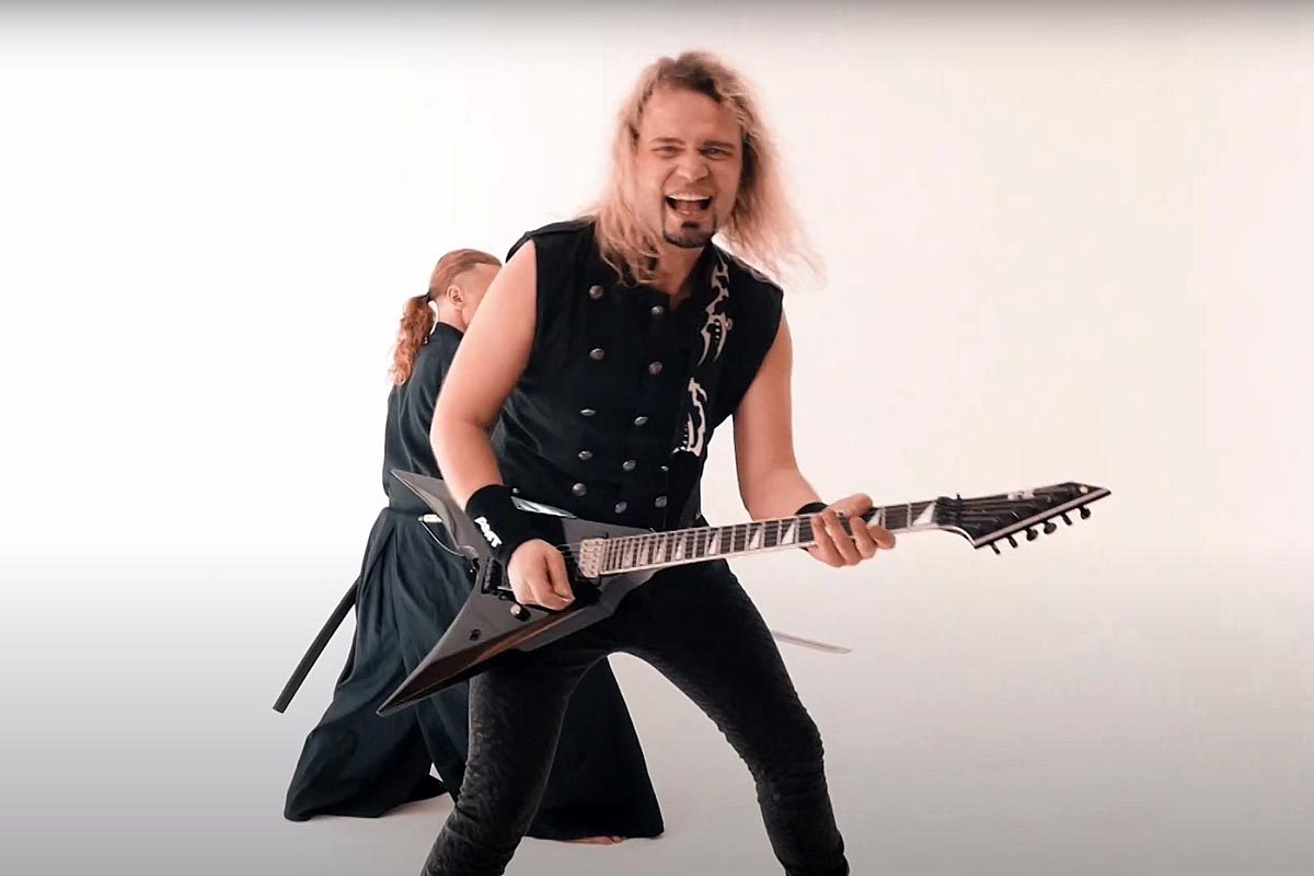 """Andrey Smirnoff z gitarą E-II Arrow w utworze """"Samurai"""""""