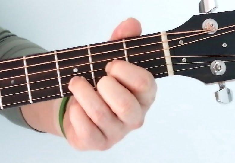 Akord D-dur – jeden z najważniejszych akordów gitarowych