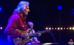 John McLaughlin prosi o pomoc dla Indii i publikuje nowe koncertowe video