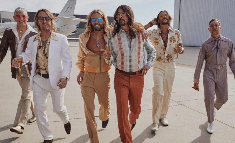Foo Fighters jako Dee Gees - disco w dobrym guście