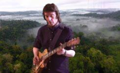 "Nowy, ""elektryczny"" Steve Hackett w utworze ""Wingbeats"""