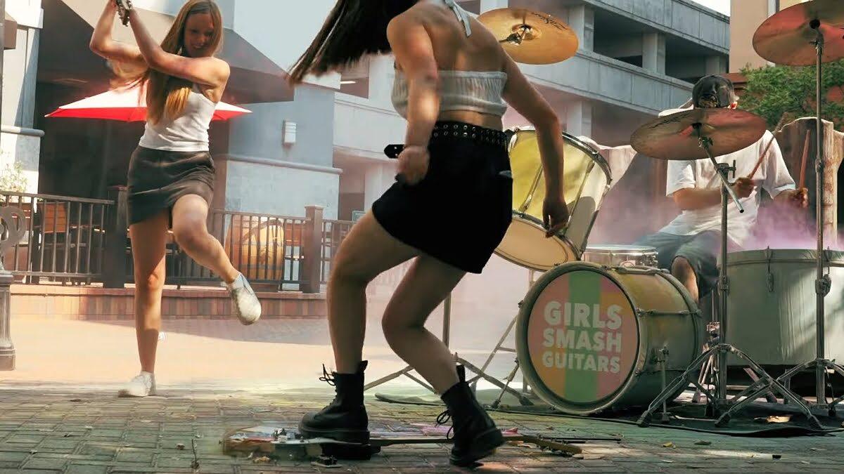 Dziewczyny z Kalifornii rozwalają gitary – kontrowersyjny projekt muzyczny
