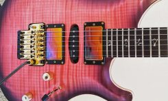 Herman Li prezentuje zdjęcie swojej gitary PRS