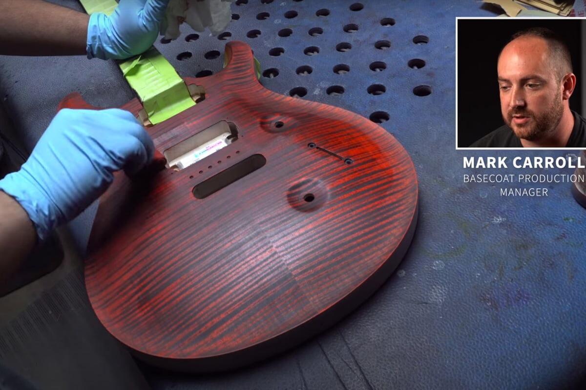 Z wizytą w fabryce PRS Guitars – bejcowanie drewna (wideo)